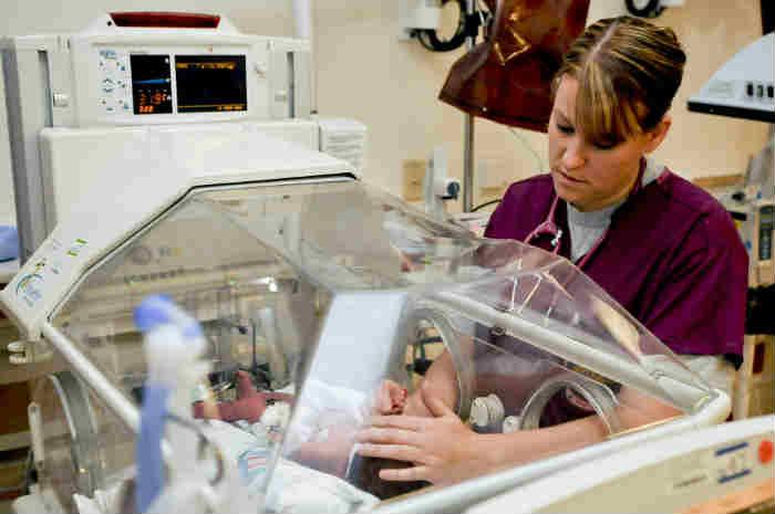 infermiera assiste neonato