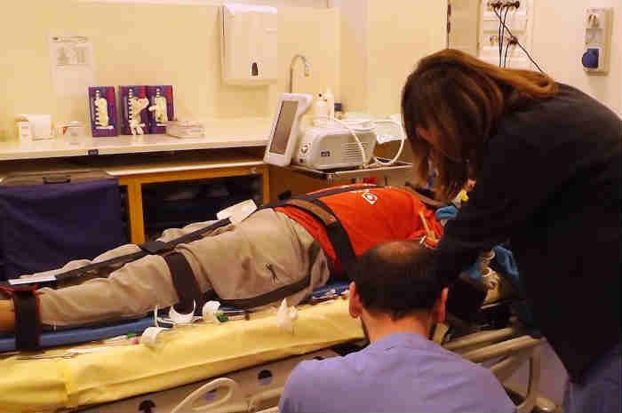 infermieri assistono paziente in emergenza