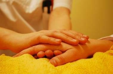 Infermiere mani e paziente