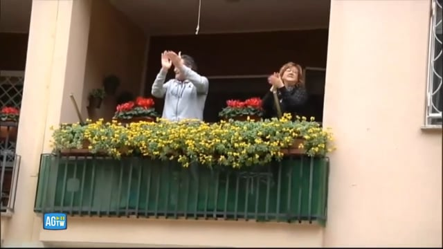Il lungo applauso dell'Italia a medici e infermieri