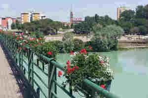 Infermiere in vacanza si tuffa nel fiume e salva una donna