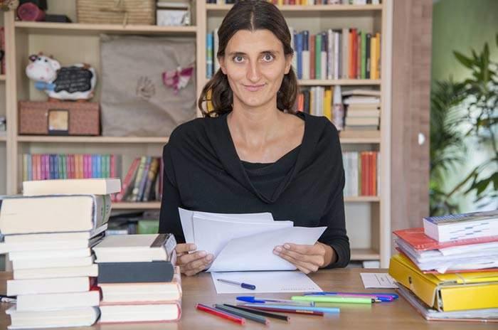 studentessa che scrive la tesi di laurea