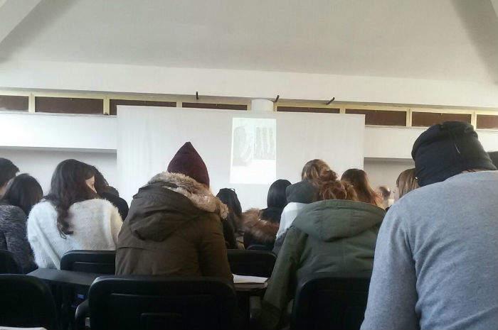 Studenti di Ascoli Piceno a lezione con i cappotti