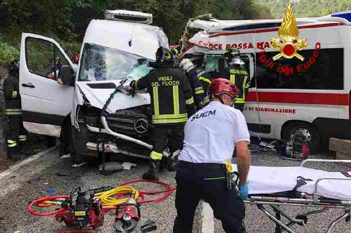 Scontro tra ambulanza e furgone, 4 feriti di cui 2 gravi