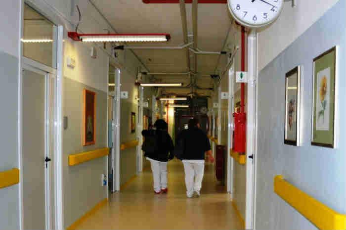infermiere in corridoio