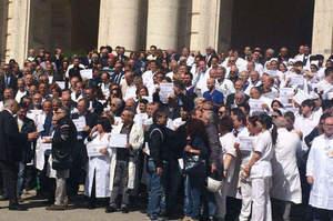 Infermiere aggredito, in centinaia manifestano al Cardarelli